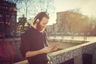 usuario-musica-cascos